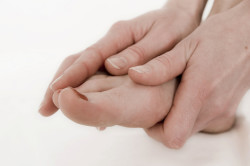 Разминка стопы руками