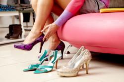 Неудобная обувь как причина трещин на пятках