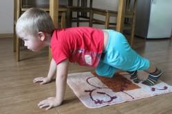 Выполнение специальных упражнений против плоскостопия