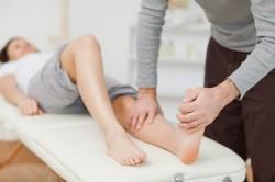 Осмотр у врача при молоткообразной деформации пальцев стопы