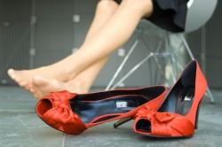 Неудобная обувь как причина появления трещин на пятках