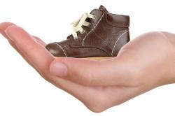 Неудобная обувь - причина появления трещин на пятках у ребенка