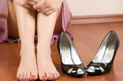 Воспалительные процессы в пятках из-за ношения неудобной обуви
